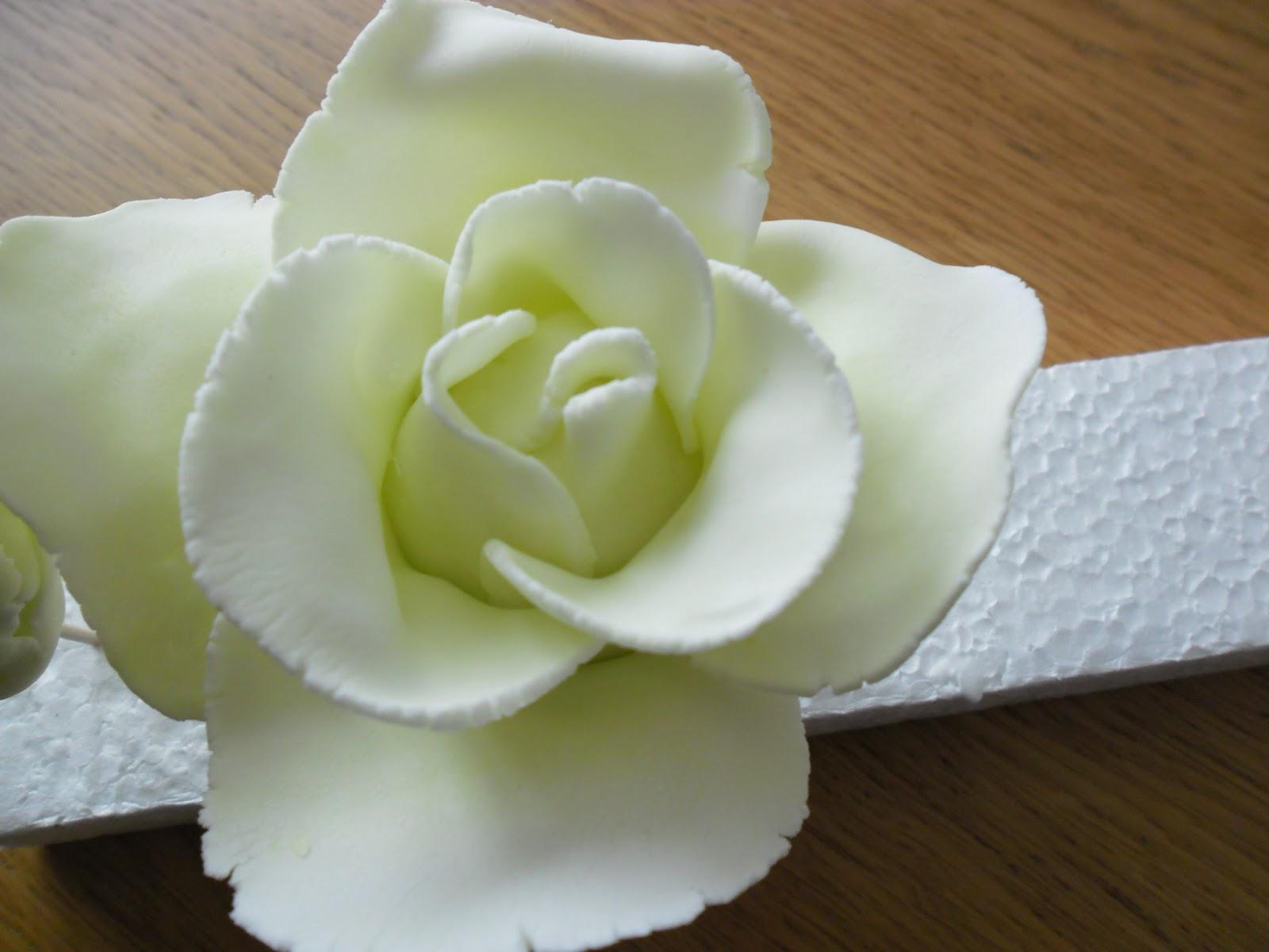 comment r aliser une rose en p te sucre gateaux d 39 aline. Black Bedroom Furniture Sets. Home Design Ideas