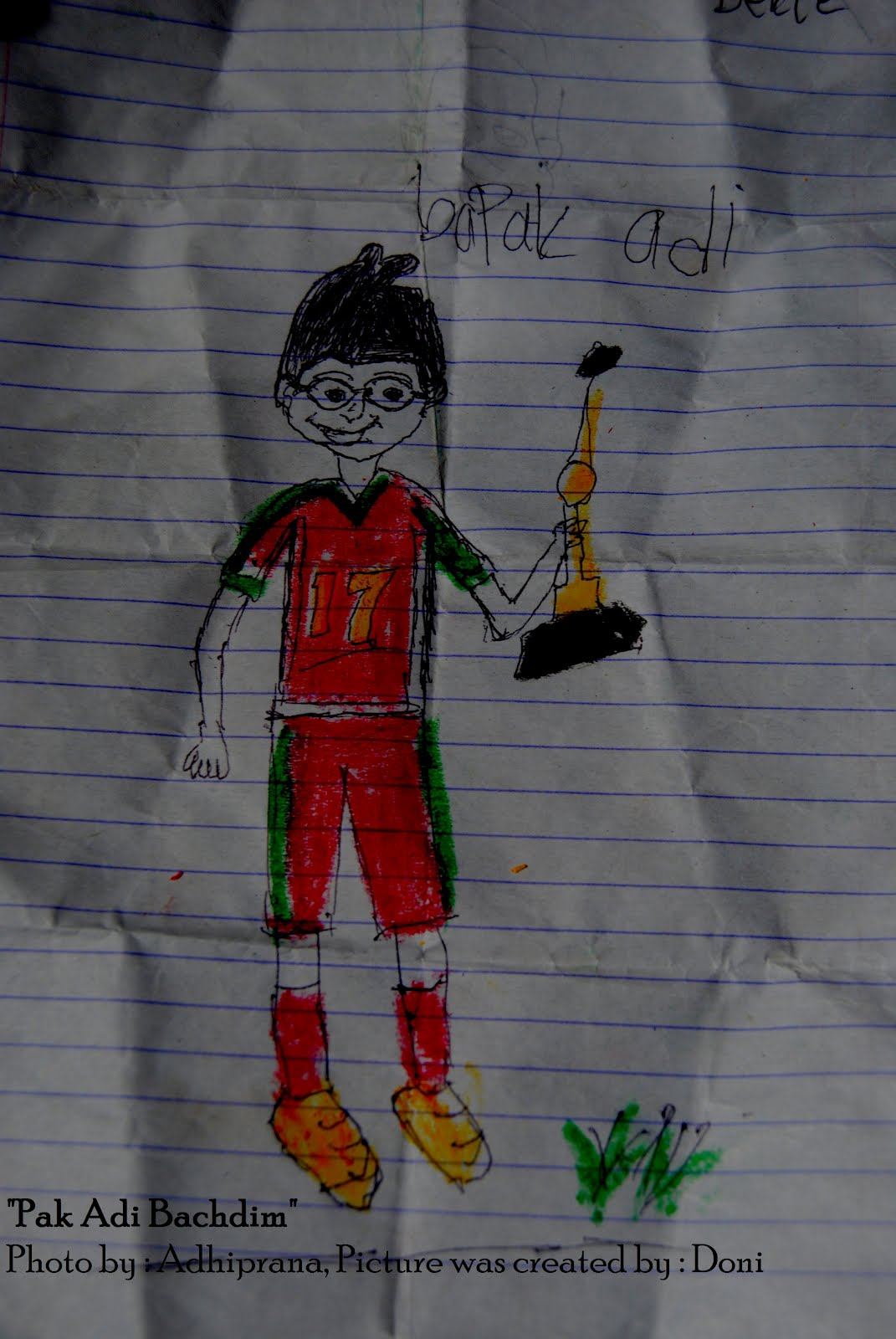 Aku jadi teringat ketika aku kecil aku juga sering menggambar teman teman dan guru guruku di dalam kelas Temanku senang aku gambar tidak dengan guruku