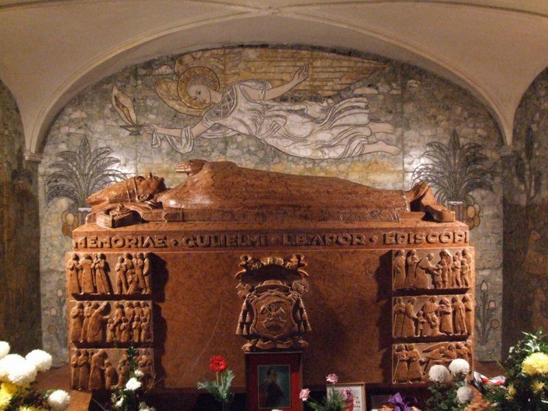Den salige Vilmos Apors grav i katedralen i Győr av den ungarske kunstneren Boldogfai Farkas Sándor (1907-70)