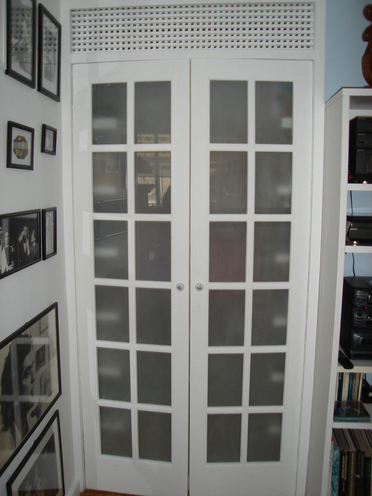 PORTAS COM ESPELHO / PEQUENO CLOSET EM SALA SOMENTE PRATELEIRAS #59504C 1200x1600 Banheiro Com Closet Pequeno
