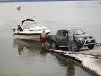 Das Boot wird zu Wasser gelassen