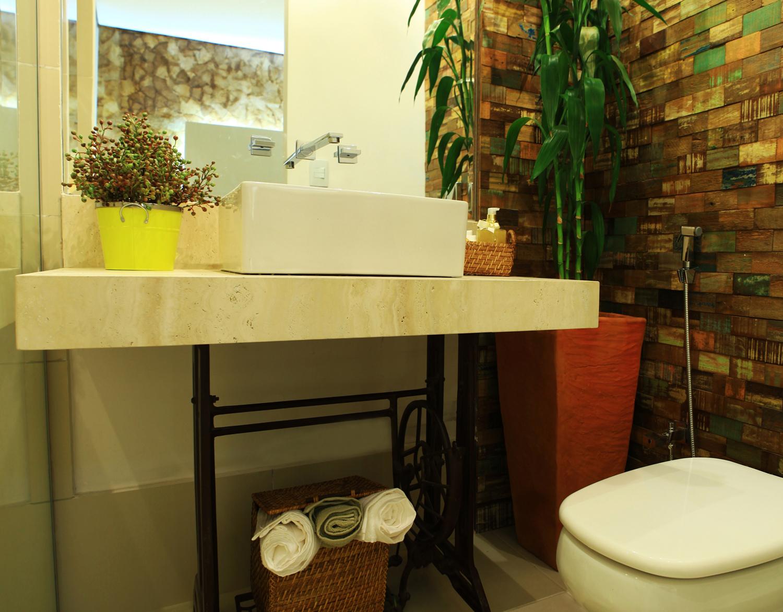 Esse banheiro é uma fofura!! O revestimento em taliscas de madeira e  #AAA121 1500x1172 Banheiro Com Bancada Preta