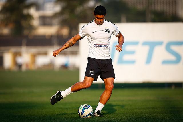 Renato superou as dores no tornozelo e foi confirmado no Santos (foto: Ricardo Saibun/Santos FC)