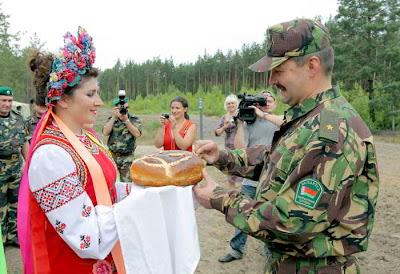 На фото: хлеб-соль на украинско-белорусской границе