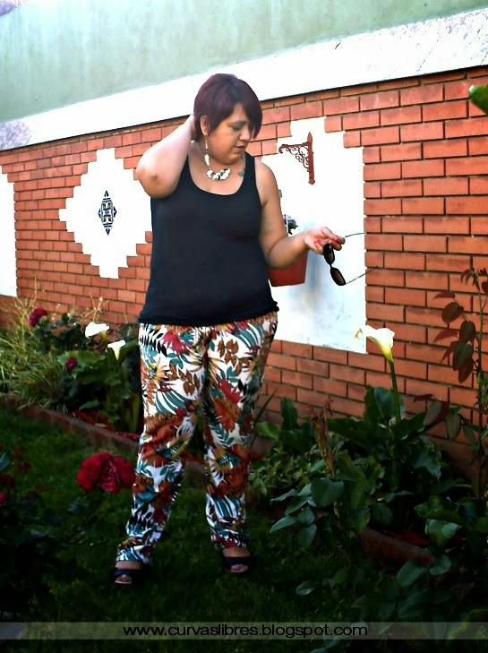 Vistiendo curvas - Uniforme de verano: musculosa negra, pantalón piyama estampado y sandalias  www.curvaslibres.blogspot.com