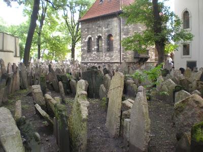 Apilamiento de tumbas en el cementerio judío