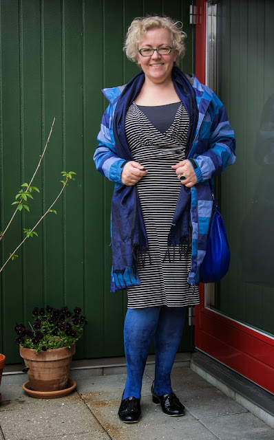 Kaffesoester in blue striped rain coat and CC dress