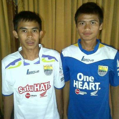 "Kostum Seragam ""Jersey"" Tandang Persib Bandung 2013"