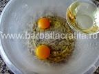 Briose cu stafide preparare reteta - turnam uleiul peste oua