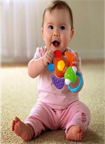 Photo bébé qui joue a l'age de 6 mois