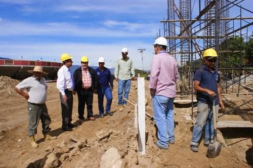 El profesor Manuel Aranguren, Vicerrector Administrativo, inspecciona la obra que avanza satisfactoriamente. Foto: RDF.