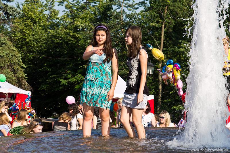 Девушка в фонтане: смотри, нас снимают