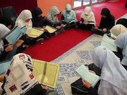 هكذا نتمنى أن تكون بنات المسلمين تجمعهن جلسات قرآنية لا جلسات نميمة