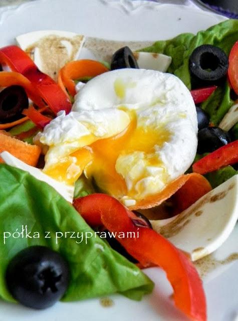 jajko w koszulce na salatce
