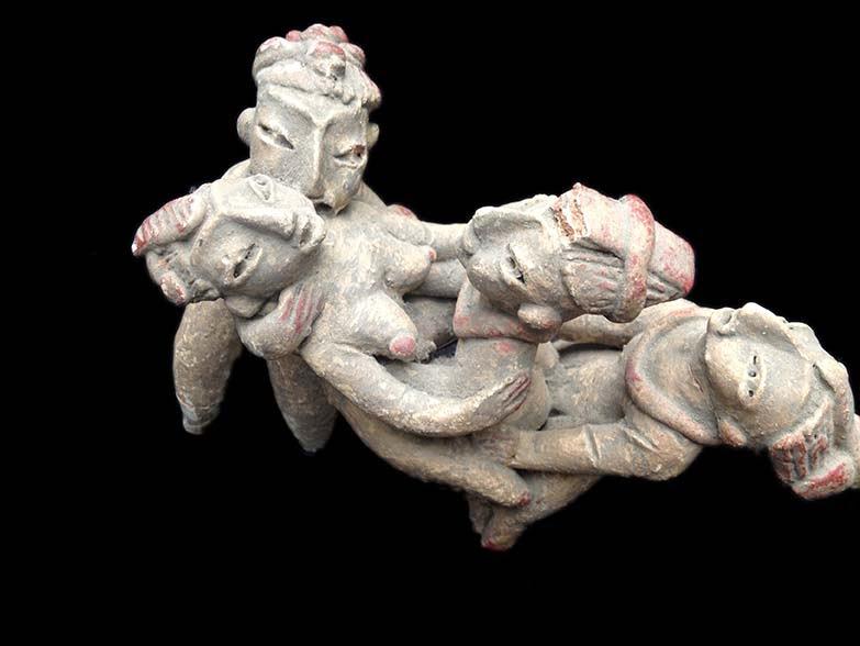 También hay indicios de que los mayas tenían objetos sexuales de madera, usados como consoladores y nombrados pudorosamente en un reporte arqueológico como efigie fálica. En el cenote de Chichén Iztá se encontró un consolador de madera que estaba en las capas más hondas.  Para los mayas, ka significa cópula, o la muy difundida palabra maya tsay, que significa unión pegajosa, del maya yucateco. En la cultura maya se han encontrado imágenes relativas a la homosexualidad, como por ejemplo la de la cueva Naj Tunich, en Guatemala, donde tienen sexo un joven y un viejo.