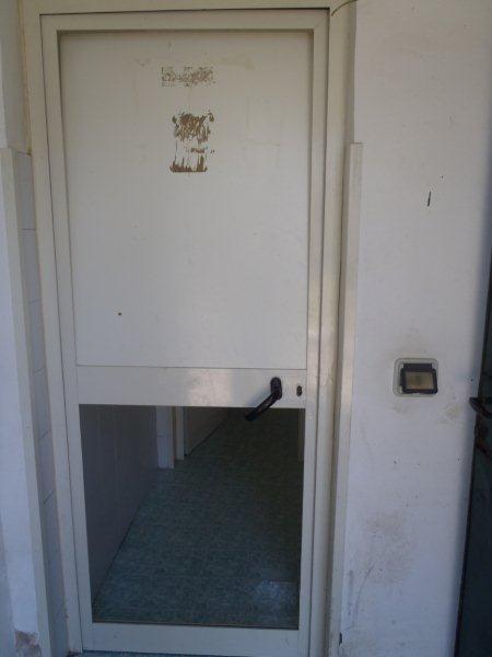Villa comunale devastati i bagni pubblici porte rotte e - Porte per bagni pubblici ...