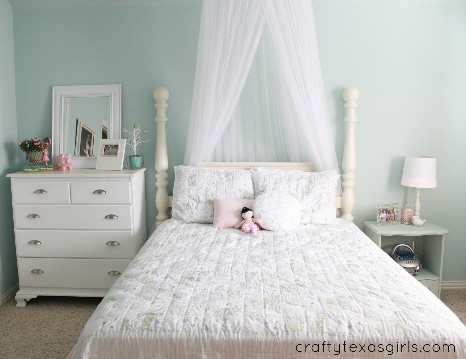 crafty texas girls a big girl room from crib to bed. Black Bedroom Furniture Sets. Home Design Ideas