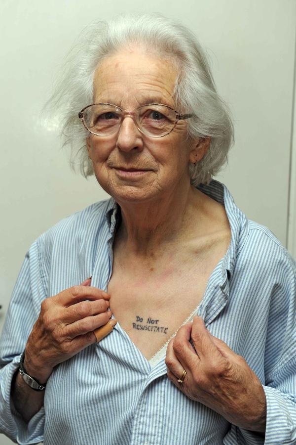 Joy Tomkins med 'Do Not RESUSCITATE' tatovering