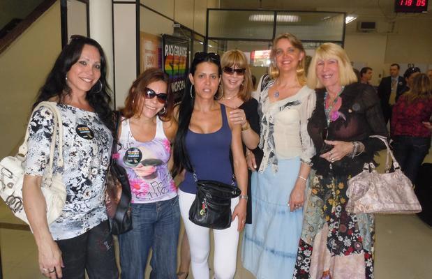 Transexuais e travestis no Instituto Geral de Perícias do RS para a emissão da Carteira de Nome Social (Foto: Daniel Favero/Terra)