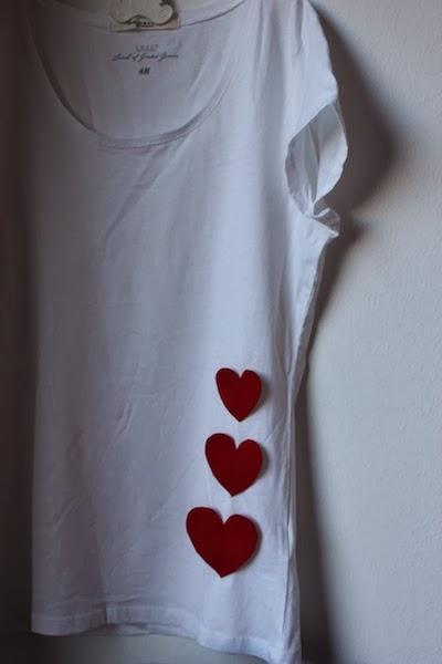 Camiseta de adulto con corazones aplicados