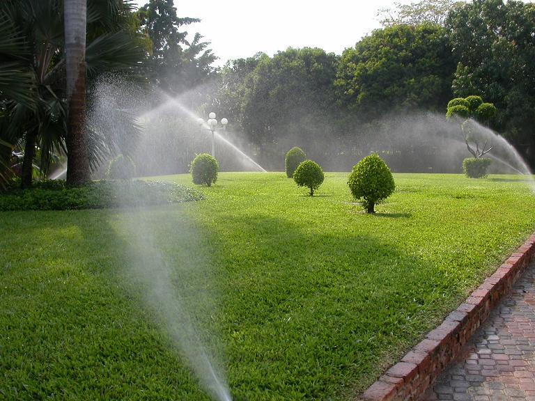 Arte y jardiner a descubrir la ventajas del riego - Riego automatico cesped ...