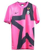 A Juventus a algum tempo tem patrocinios diferentes nas camisas home e away.