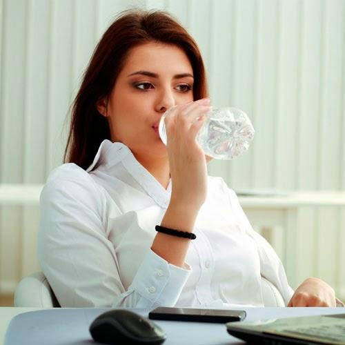 Tomar un vaso con agua