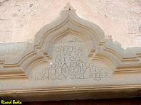 Inscripció sobre el portal barroc. Autor: Ricard Badia