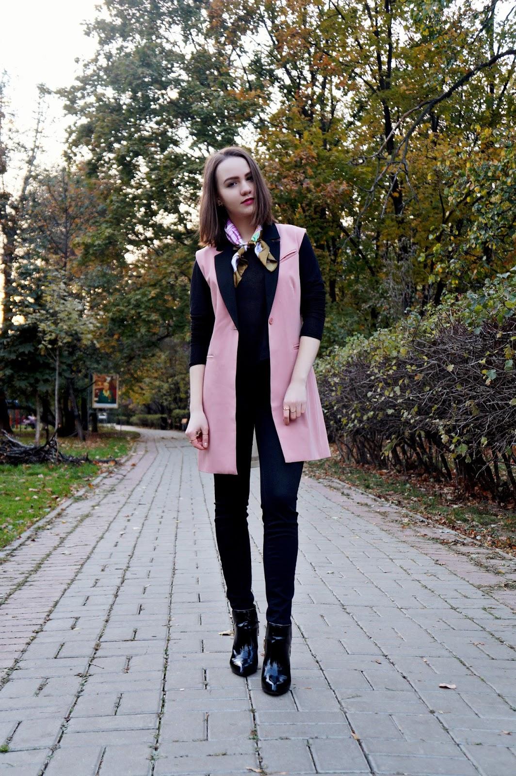 Sleeveless blazer + neck scarf trend | Alina Ermilova | Blogger