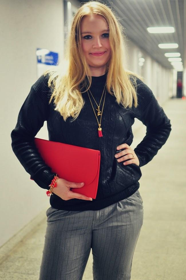 by dziubeka, bluza, szare spodnie, kopertówka, czerwona torebka, blondynka, kobieta, piękne kobiety