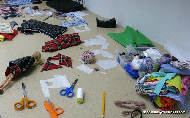 cosiendo ropa para muñecas