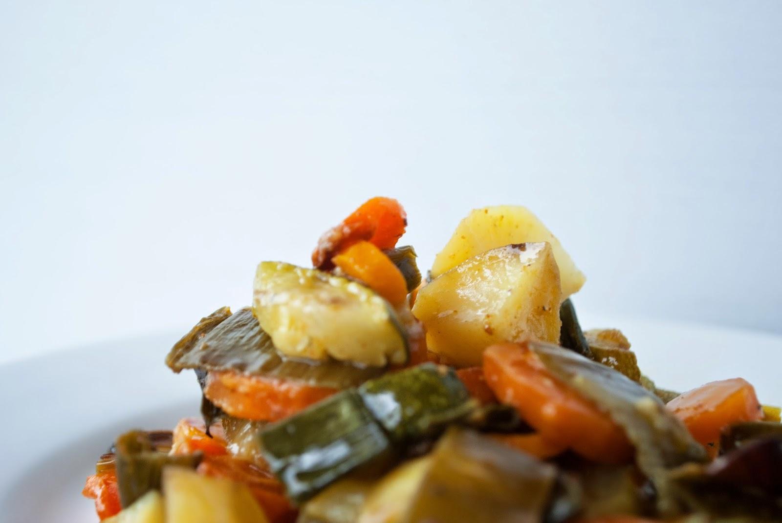 Dinner: Ofengemüse Abendessen Vegan Vegetarisch Gemüse lecker Sommer Rezept Dinner is Served Zucchini Karotten Lauch Kartoffeln Hupsis Serendipity