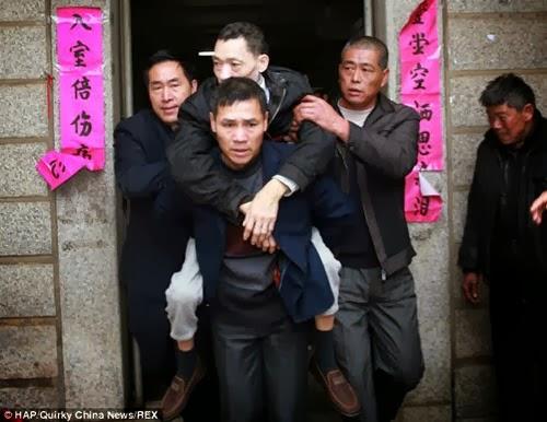 شاهد بالصور : صيني عاش في قفص حديدي 8 سنوات متواصلة
