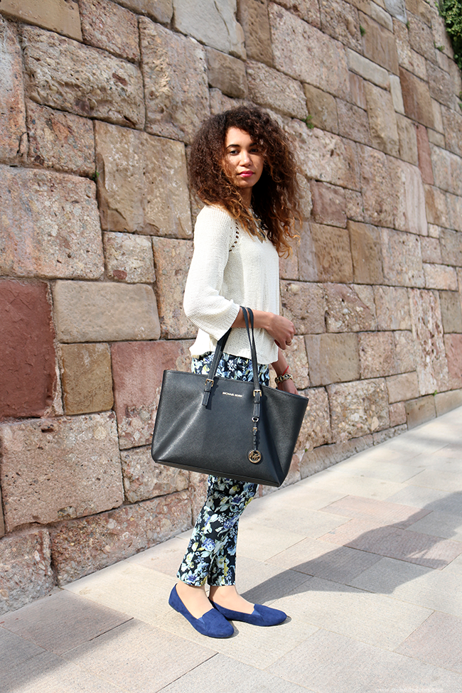 How to style blue printed trousers