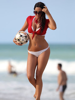 claudia-romani-and-soccer-ball-at-the-beach-02