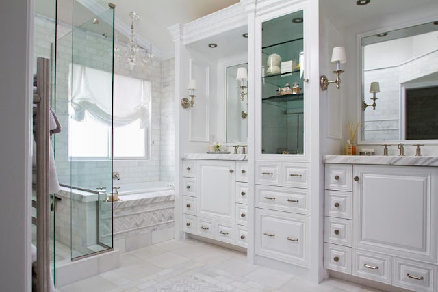 To da loos a beautiful classic white bathroom for Classic master bathroom designs