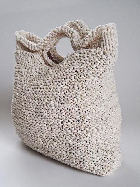Wełniana torba na szydełku i na białym tle
