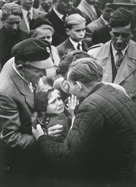 20 Foto Penuh Emosi Yang Membuat Terharu Anak Bertemu Ayah Tentara