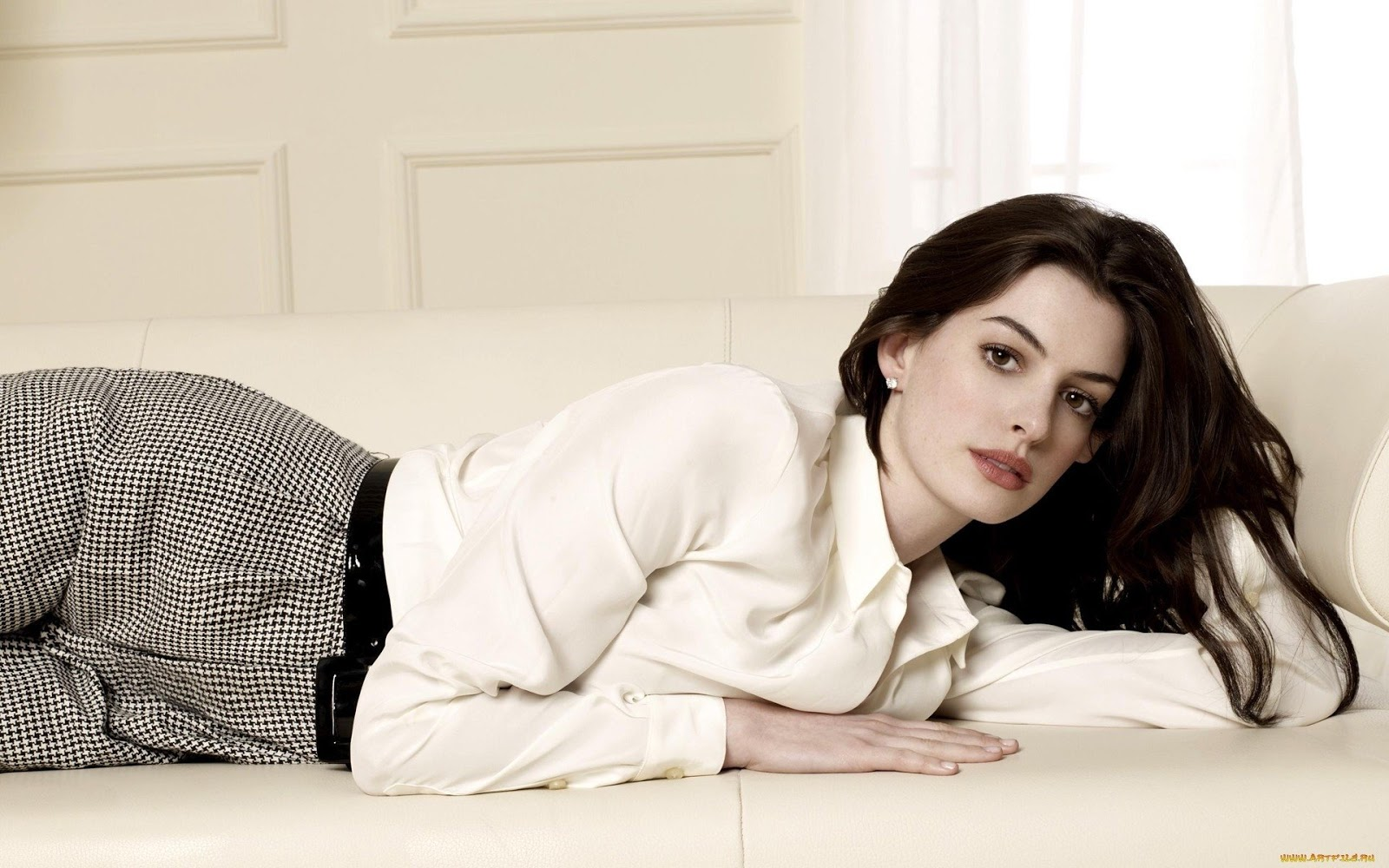 Anne Hathaway High Resolution