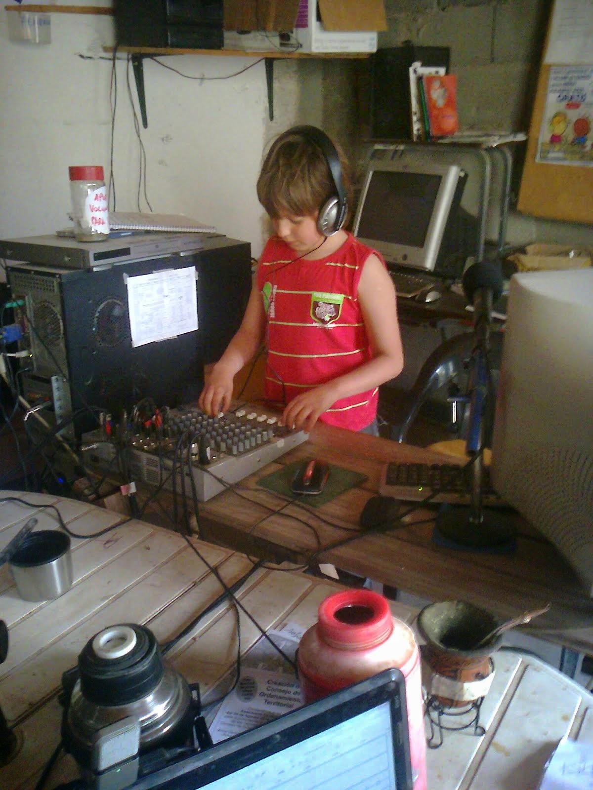 Serafín operando los controles de Radio Garabato