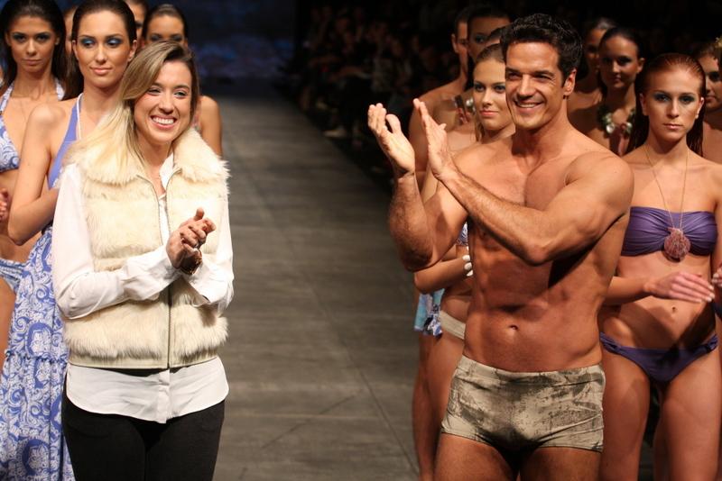 Ao final do desfile, Carlos Machado aplaude a estilista da Recco