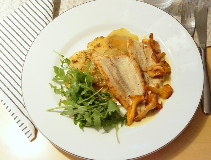 Ahvenfileet sinappikermakastikkeella - Peruna-yrttipaistos -Kantarellit