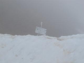 Dieser Wegweiser unterhalb des Rindalphorn-Gipfels verdeutlicht die Schneemenge, die man dort noch findet.