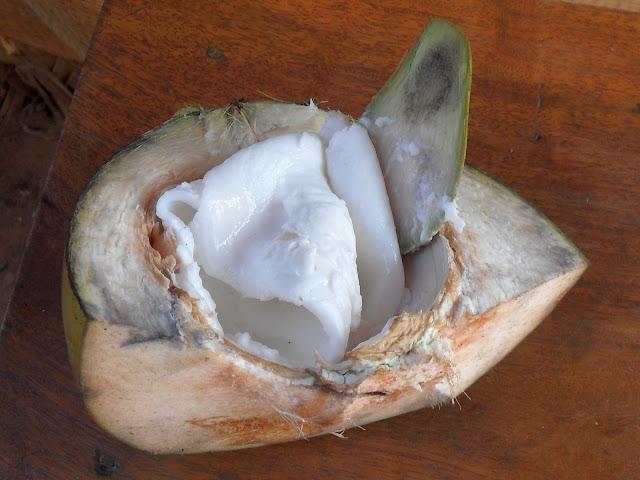 Половинка кокоса с мякотью