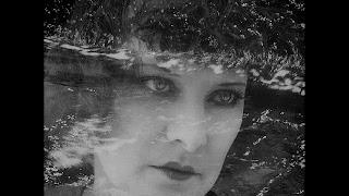 Fotograma de la película Coeur fidèle, 1923. Se observa superposición de dos imágenes: el mar y una cara de una mujer