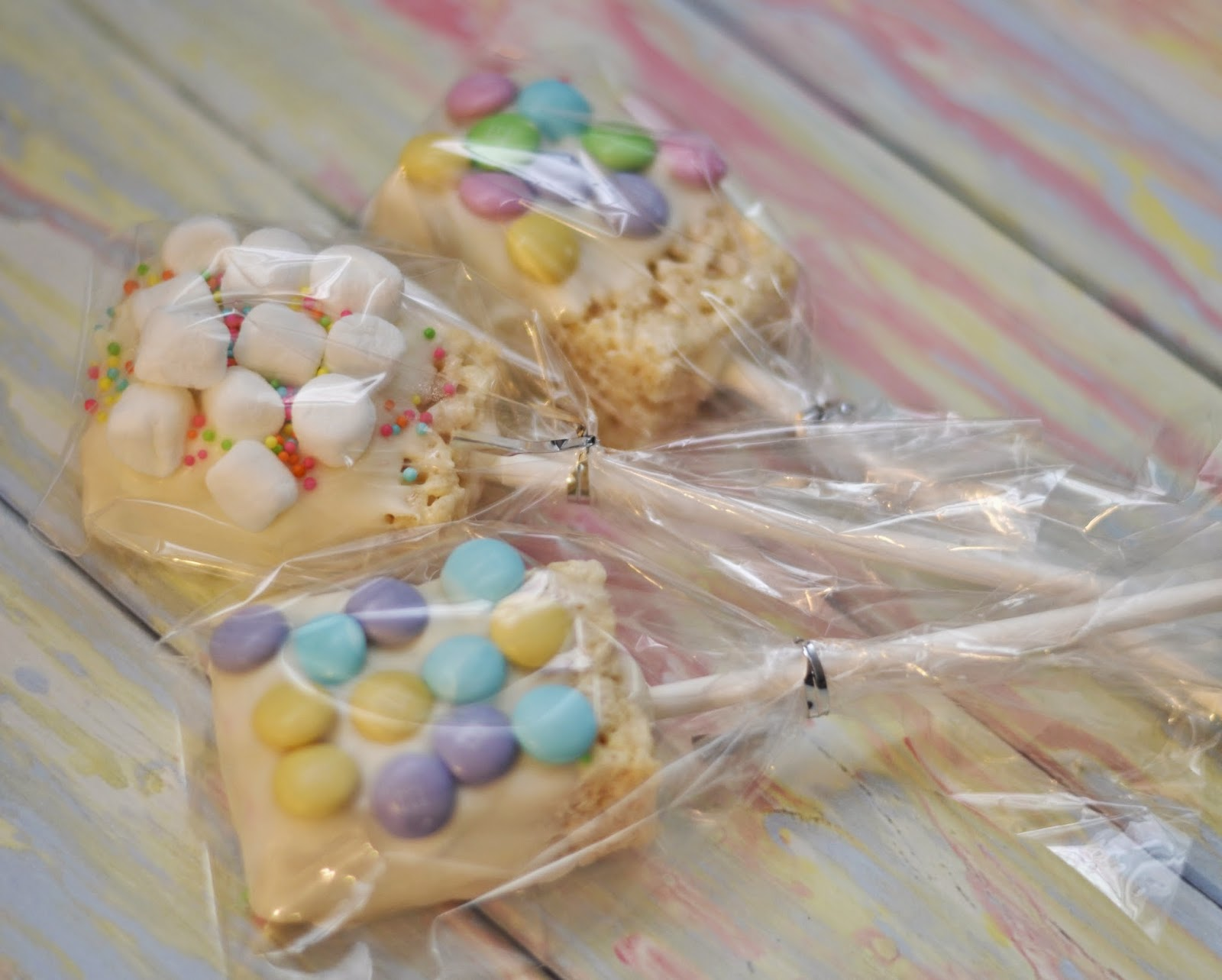 afternoon pick-me-up, mood lift, afternoon treat, fun snack, snack, fun treat, mood booster, feel-good treat, chocolate covered rice krispies, rice krispie pops, easy desserts for spring