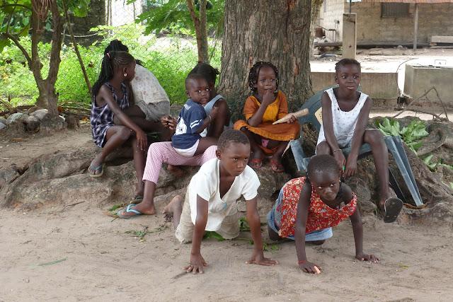 Niños jugando en la plaza - Djembering