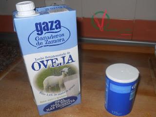 Tetrabrick de leche de oveja y bote de bicarbonato.