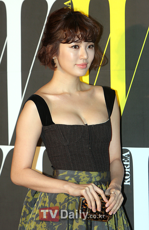 Actress Yoon Eun Hye gained attention for wearing a remarkable outfit at a charity event.
