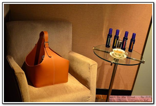 單人沙發、小茶几與花茶